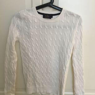 Vit kabelstickad tröja från Morris i stl S. Använd vid två tillfällen så nyskick.
