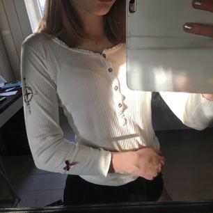 Jättesöt oss molly tröja. Passar bra på mig som är en XS i tröjor, dock ska den va trekvartsarm men är lite längre på mig med korta armar haha. Bra skick, en liten ljus fläck långt ner vid vänstra sömmen.