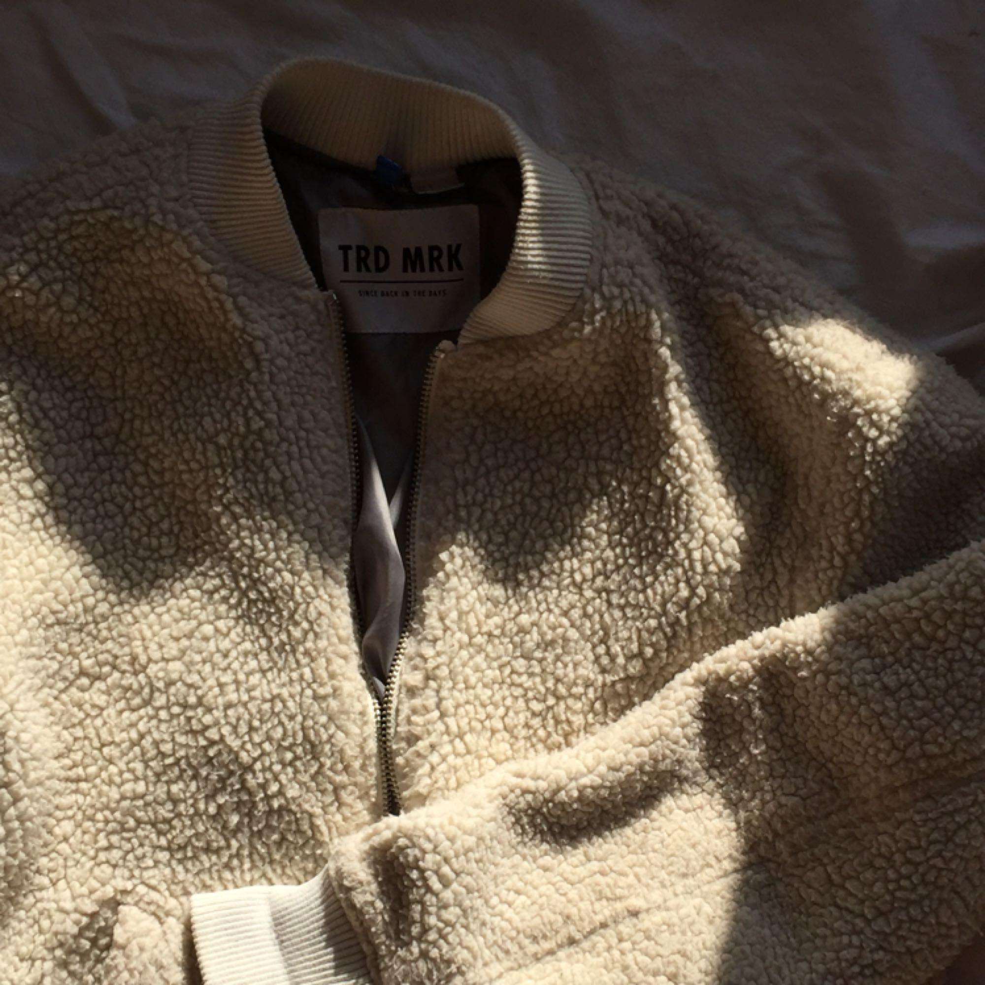Bomberjacka i ull-liknande material. Perfekt för våren. . Jackor.