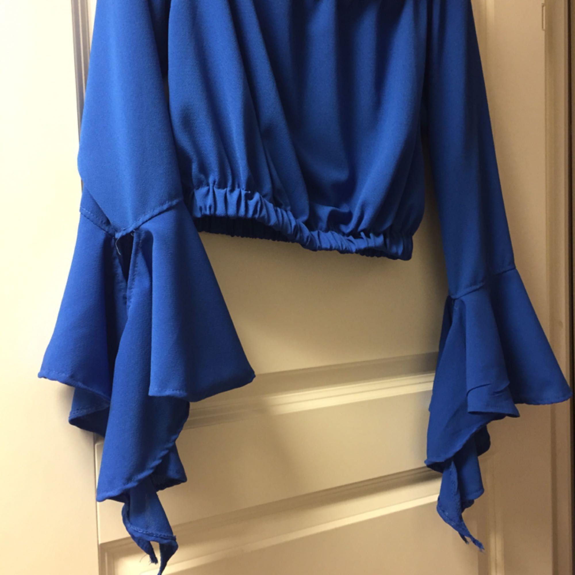 Säljer den här blåa magtröja som går lite under navel. Aldrig använt ! . Toppar.