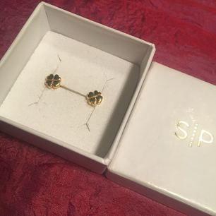 Fina guldpläterade (silver under pläteringen) örhängen från Syster P, i gott skick! Nypris 300kr, inte mycket använda. Frakt inkluderad. ✨