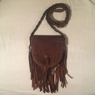 Bohemisk väska från Indiska, i äkta läder. Knappt använd, max två gånger. Frakt är inkluderad i priset.