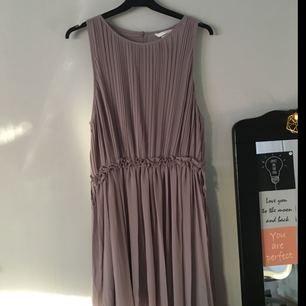 Ny klänning som har används en gång. Frakten får man betala själv. 150kr eller Bud! Alla detaljer på klänningen älskar jag. Om man bor nära Vännäs/umeå så kan man komma och hämta den istället💘