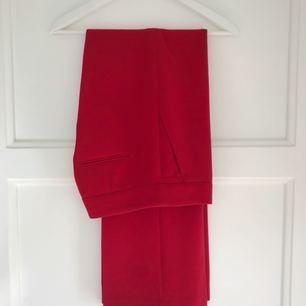Röd byxa med hög midja från H&M i strl 36. Använda vid två tillfällen