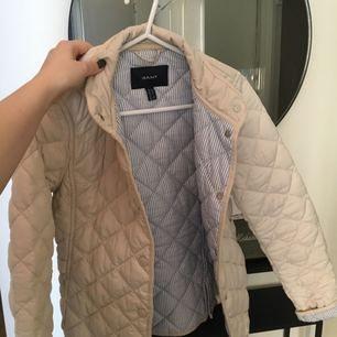 Fin quiltad gant-jacka som är sparsamt använd.  Är storlek XS men passar även en liten S.   Förövrigt inga fel på den.