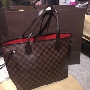 Louis Vuitton i äkta läder, dvs inte original men precis som original skulle jag säga. Helt ny med dustbag