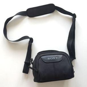 Sony kameraväska, passar kompakt systemkamera. Nyskick.   Kan mötas upp i Örebro annars står köparen för frakten 💫