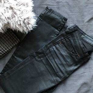 """Heeelt oanvända jeans som behöver få en ny ägare då de var för små för mig! 🤪 De är """"coated"""" så de ger en lite skinnliknande effekt, eller bara perfekt för festligheter 🎉  Lågmidjade! (Strl 25/30) Köparen står för frakt 👏🏼"""