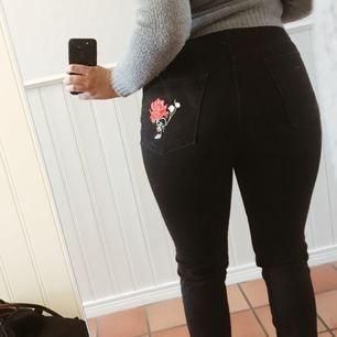 Jättefina svarta jeans som får rumpan att se 👌👌👌👌 ut, har rosdetaljer. Är storlek 40 men är liten i storleken så är du en 38 kommer de sitta som ett smäck.