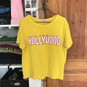 Gul t-shirt från zara med röd och vit text på. 🌸köpare står för frakt 🌸