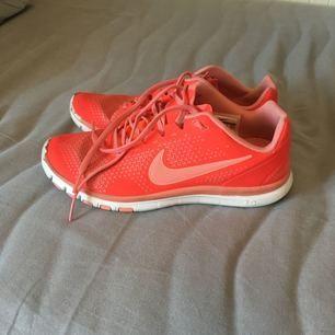 Nike free 3.0 i använt men mycket bra skick, det enda är att färgen är avskavd i fram (som man ser på bilderna). Har dessvärre blivit för små för mig /: