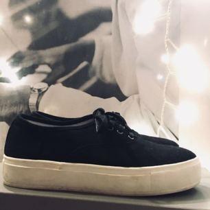Supersnygga sneakers med platå, endast använda två gånger. Säljes pga för små!