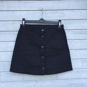 Svart kjol från Monki✨ säljer pga fel storlek.