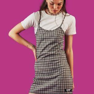 Frances dress från UNIF, aldrig använd! Prislapparna finns kvar. Frakt ingår, pris är förhandlingsbart. Nypris  88 USD + frakt 18 USD