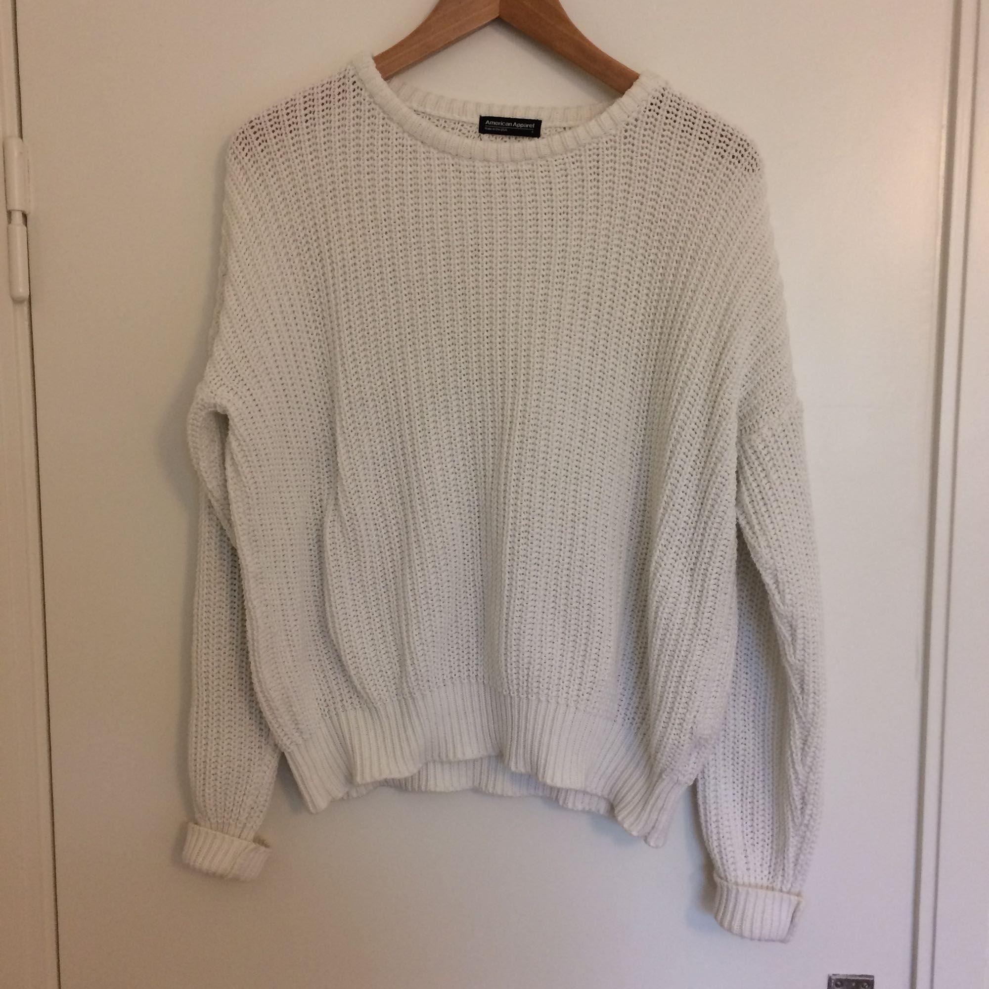 Vit stickad bomullströja från American Apparel. tröjan är inte använd särskilt mycket så den är i väldigt fint skick! Köparen står för frakten (50kr). Nypris 700kr.. Stickat.