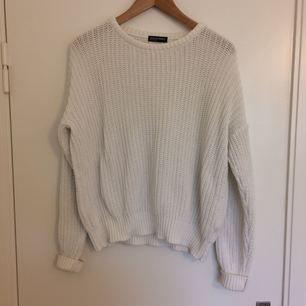 Vit stickad bomullströja från American Apparel. tröjan är inte använd särskilt mycket så den är i väldigt fint skick! Köparen står för frakten (50kr). Nypris 700kr.