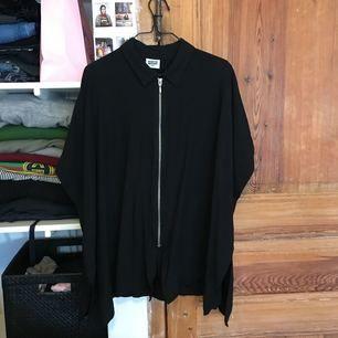 Svart kort ärmad skjorta/ blus med dragkedja fram till från weekday. 🌸köpare står för porto.🌸