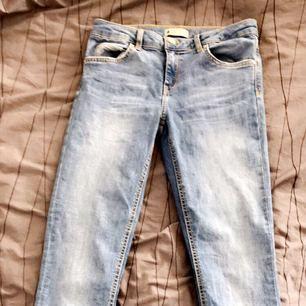 Ett par blå jeans från Gina tricot i modellen Mika. Super fina och väldigt sköna!👍🏻