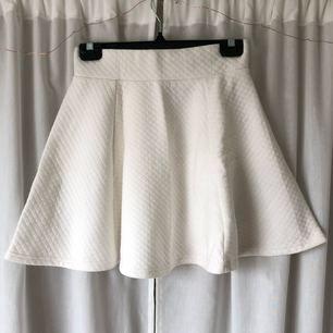 Söt vit kjol från H&M! Frakt tillkommer(36kr), kan mötas upp i Göteborg!