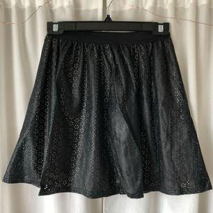 Fejk läder kjol, persikofärgad underkjol. Frakt tillkommer, kan mötas upp i Göteborg!