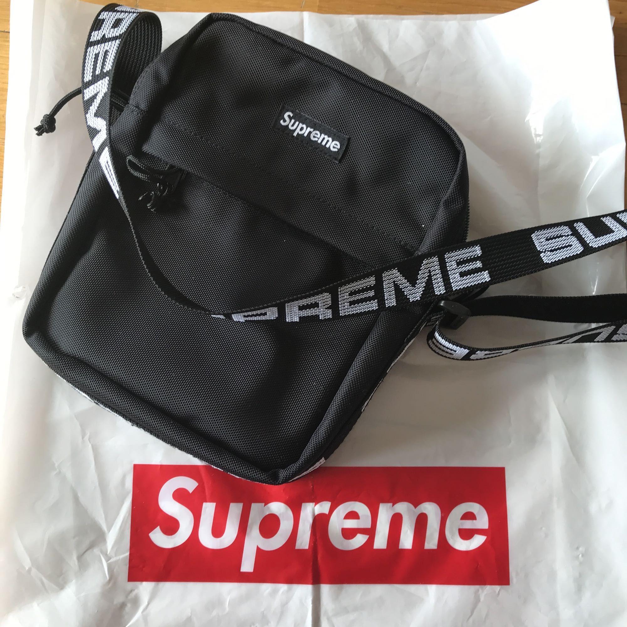 Säljer min Supreme Shoulder Bag. Såklart äkta, har kvitto till den som är intresserad att se. Använd endast en gång så är som ny!  Går efter marknadspris, jag står dock för frakten! . Väskor.