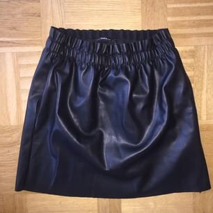 Svart skin kjol från zara, ena fickan är lite trasig