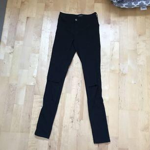 Likadana jeans som dom i tidigare annonsen fast med hål på knäna!❤️