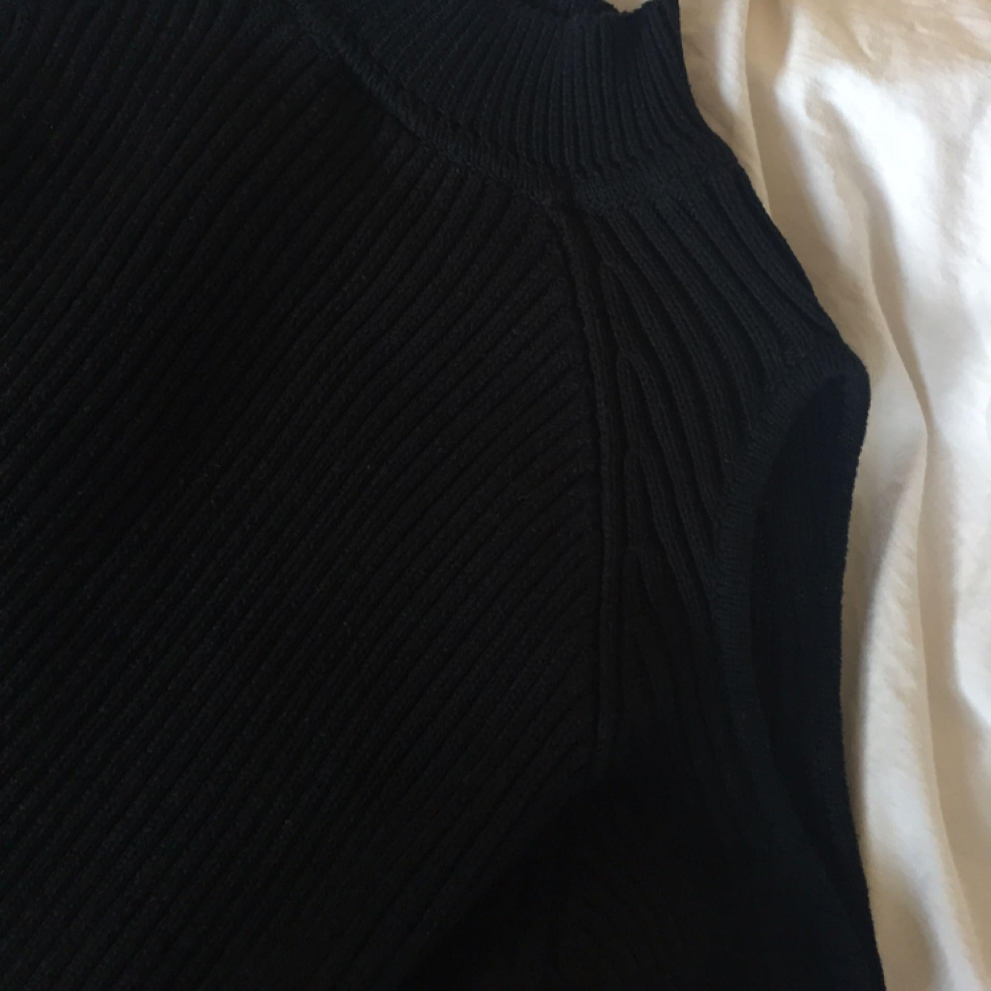 En snygg svart stickad sweather med hål på axlarna. Från Hm, i storlek M, snygg på en S också! Frakten betalar köparen. :) . Stickat.