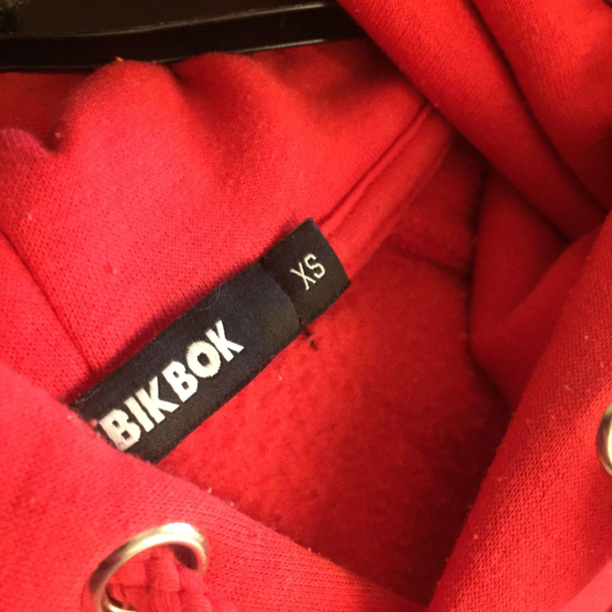 Röd populär hoodie från BIK BOK Storlek: XS Skick: Använd men superfint skick ändå.  Pris: 120 + frakt Alla priser kan diskuteras. Finns ute på flera sidor. Köparen betalar frakt. . Huvtröjor & Träningströjor.