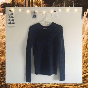 Jättefin stickad tröja från Gina! Den har en liiten fläck som man ser längst ner på andra bilden. Tror den säkert går att få bort om man försöker