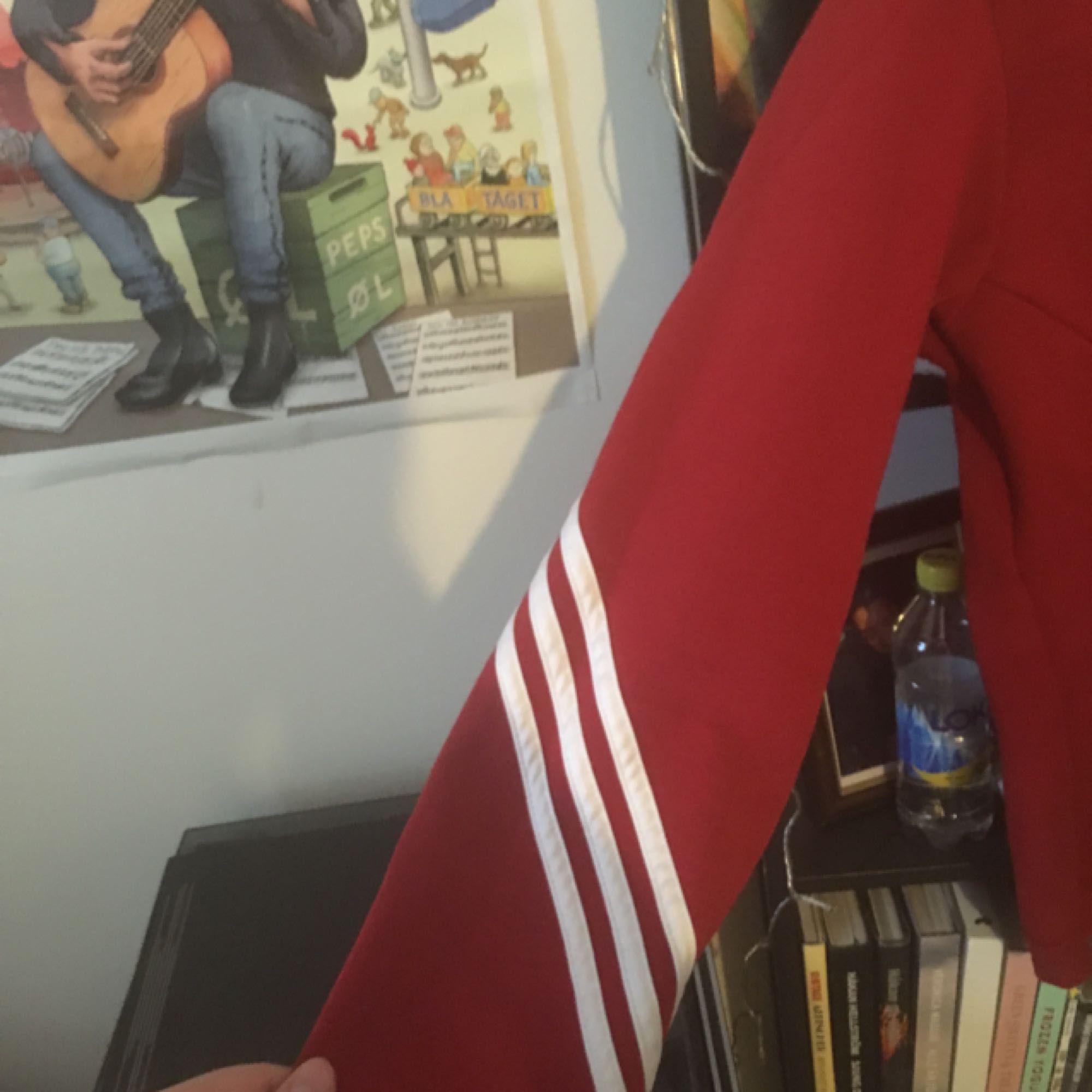 Snygg adidaströja som jag säljer pga för liten :,(. Huvtröjor & Träningströjor.