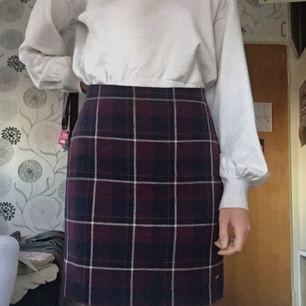 Helt oanvänd kjol från Hampton Republic (Lindex). Säljes då det inte riktigt är min stil, samt att den inte passar mig. Slits baktill (bild 3) och dragkedja i sidan. Fler bilder kan skickas vid intresse! ✨Frakten ingår i priset, betalning sker via swish!✨
