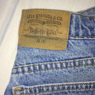 Supersnygga högmidjade Levi's shorts med slitningar. Säljs på grund av för stor storlek. Köparen står för frakt. Betalning via swish.