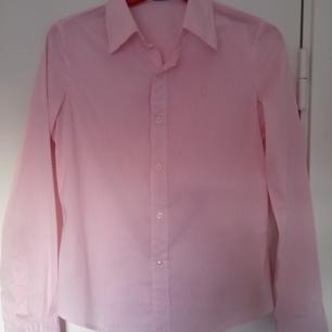 Woman's shirt Ralph Lauren, S. I bra skick!  Använt få gånger, men den passar mig inte längre.  Frakt är inkluderat i priset.