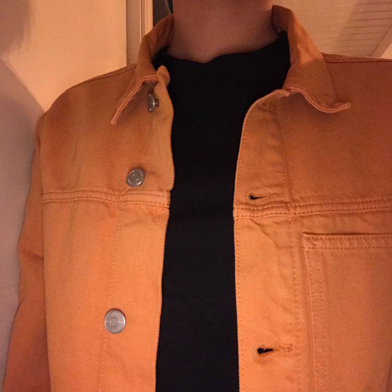 jeansjacka från weekday modellen core  köpt för 600kr den är i strl xs men sitter som en  oversized s då det är herrstorlek, dm för fler bilder.  frakt ingår💌 spårbar frakt. Jackor.