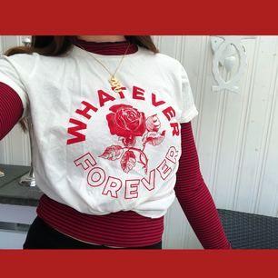 snygg t-shirt från Gina Tricot, snygg att ha över en långärmad tröja, som jag har på bilden! Säljer även tröjan jag har under. skriv om ni har några frågor🌹