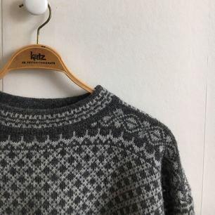 Varm mysig stickad tröja, storlek L men skulle säga att den passar dem flesta för den är rätt oversize. Älskar den men använder den för sällan(Max 4 gånger) så den letar nu nytt hem. Kan mötas upp i Göteborg annars bjuder jag på frakten:)