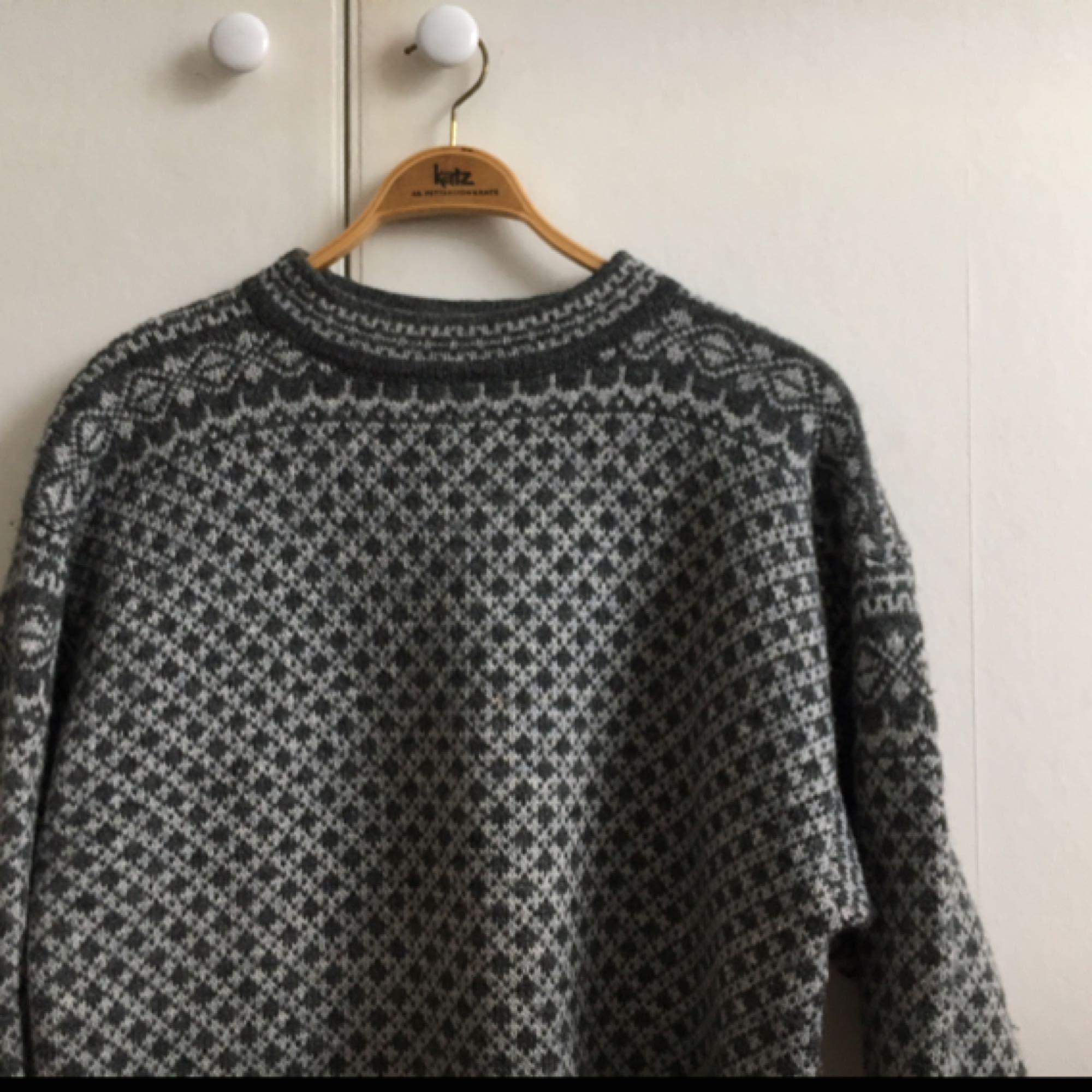 Varm mysig stickad tröja, storlek L men skulle säga att den passar dem flesta för den är rätt oversize. Älskar den men använder den för sällan(Max 4 gånger) så den letar nu nytt hem. Kan mötas upp i Göteborg annars bjuder jag på frakten:). Stickat.
