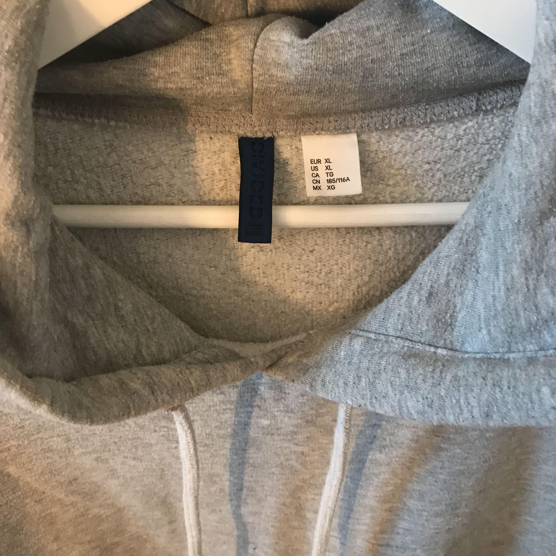 Vanlig grå hoodie från H&M herr (men passar såklart vem som helst). Använd ett par gånger men på senaste bara hängt kvar i garderoben. Kan posta men då står köparen för frakten!. Huvtröjor & Träningströjor.