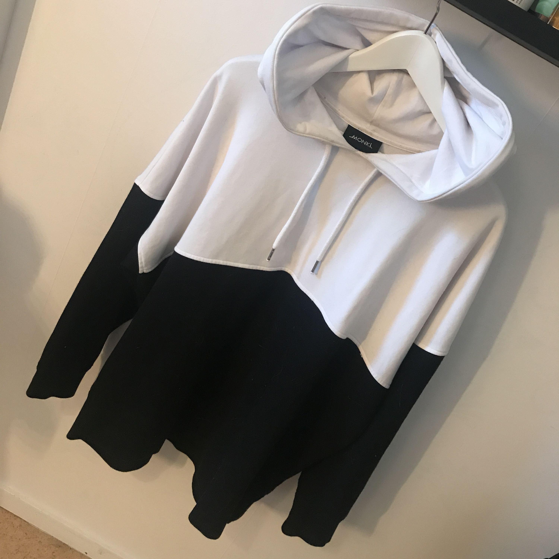 Snygg & lite annorlunda hoodie från Monki i svart & vit! Använd ytters få gånger. Kan posta men då står köparen för frakten!. Huvtröjor & Träningströjor.