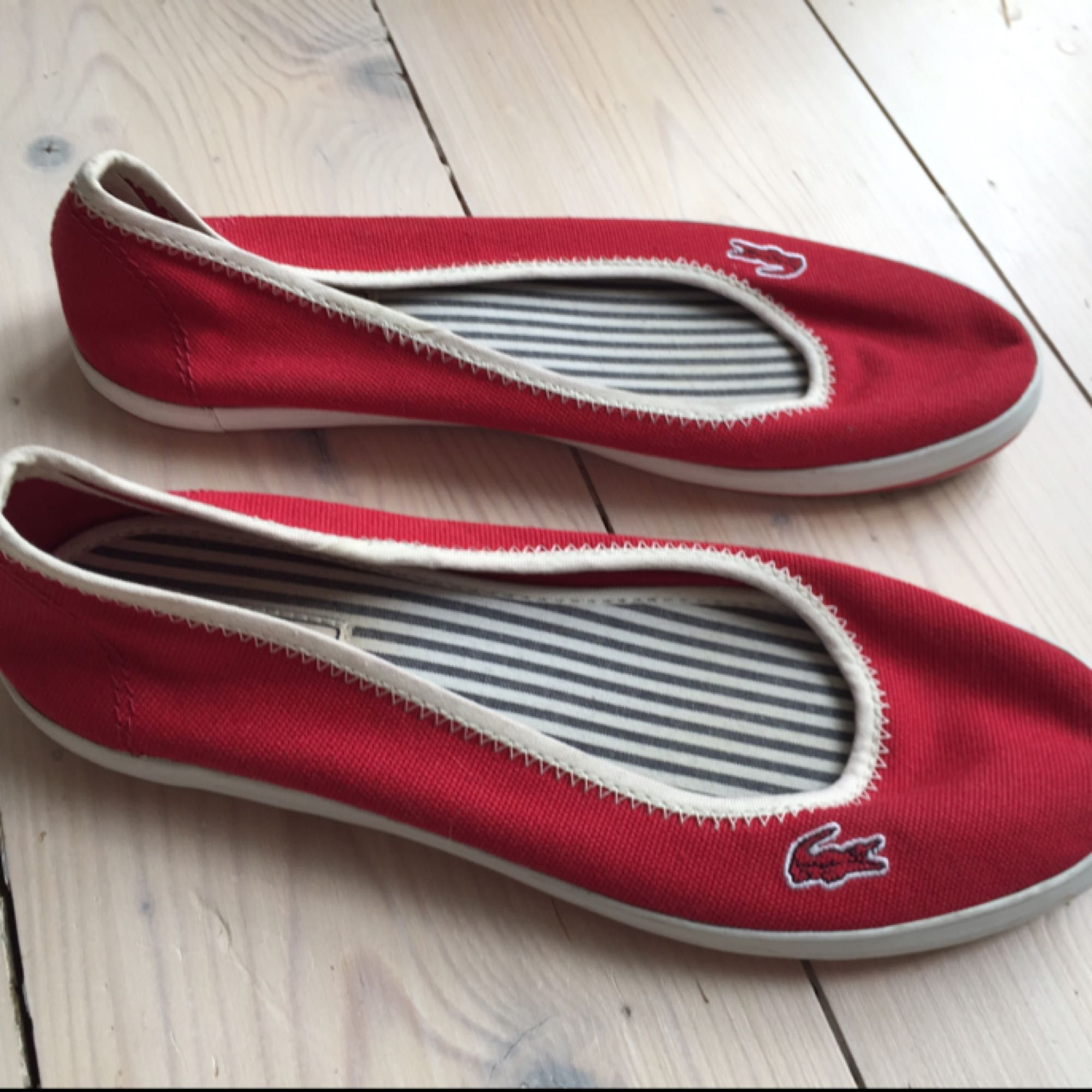 Jättefina Lacoste skor i stl 37. Perfekt till vår och sommar. Bra skick!💫💫 Frakt kostar 45 kr🌻. Skor.