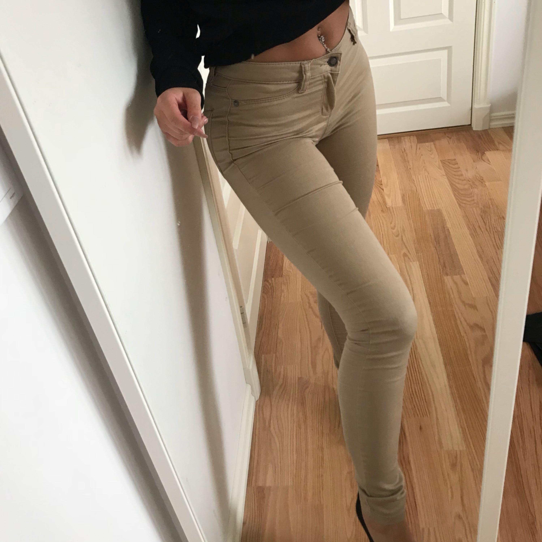 Beiga byxor från vero Moda, storlek XS/s med mycket stretch! Frakt tillkommer . Jeans & Byxor.