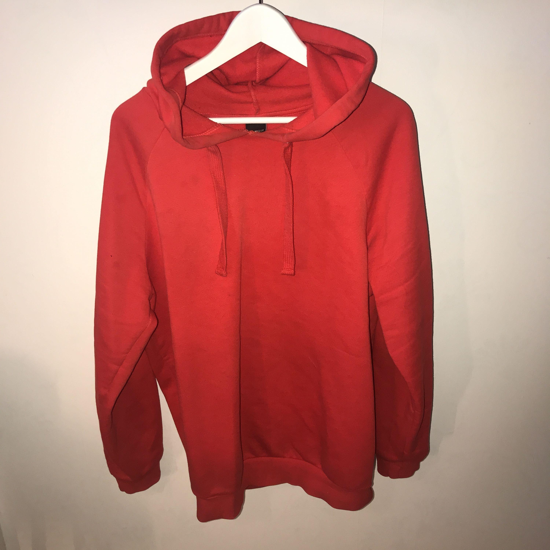 Snygg röd hoodie från Ginatricot! Använd sparsamt. Kan posta men då står köparen för frakten!. Huvtröjor & Träningströjor.