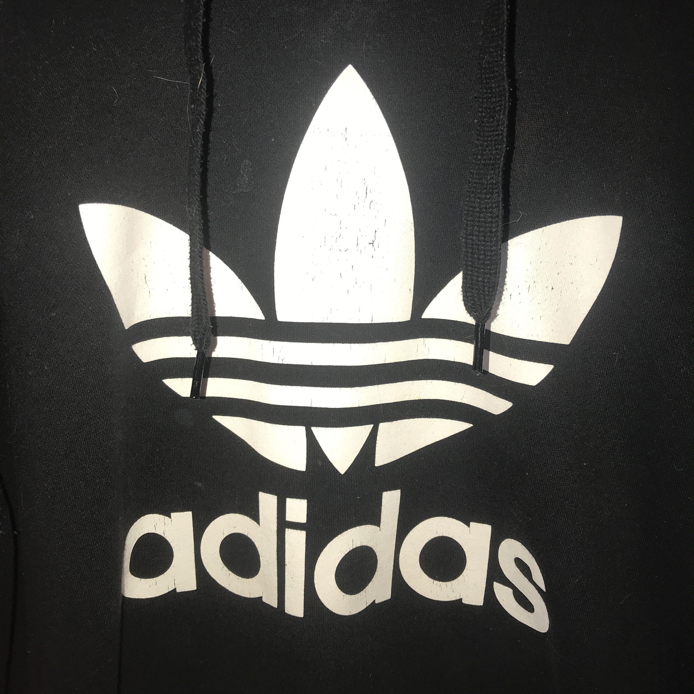 Adidas hoodie i fint skick förutom att märket spruckit lite på vissa ställen, men annars hel! Kan posta men då står köparen för frakten!. Huvtröjor & Träningströjor.