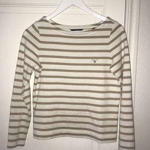 Säljer nu min fina tröja från Gant, då den tyvärr inte längre kommer till användning. Står att det är storlek XXS, men passar mig som brukar ha XS. Är i nyskick, har knappt använt den. Nypris 999kr.