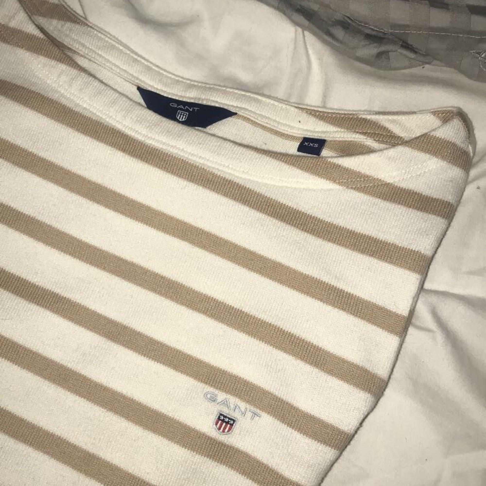 Säljer nu min fina tröja från Gant, då den tyvärr inte längre kommer till användning. Står att det är storlek XXS, men passar mig som brukar ha XS. Är i nyskick, har knappt använt den. Nypris 999kr.. Tröjor & Koftor.