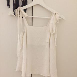 Ett jättesött vitt linne med knytbara ärmar, från Glamorous ❣️frakt tillkommer om det behövs skickas💗