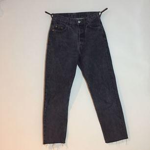Grå Levis jeans. Väldigt sköna och sitter supersnyggt! Dom är avklippta så skulle gissa på att dom kanske är 30/32 i längden nu istället. Pris går att diskutera.