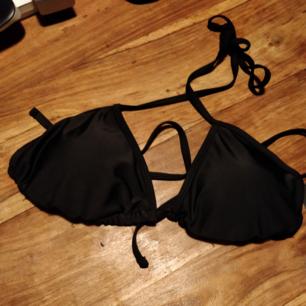 Bikini från Boohoo. Aldrig använd, lapparna kvar. Den var tyvärr för liten. Köparen betalar frakten. Kan mötas upp i Stockholm, Gävle eller Sundsvall.
