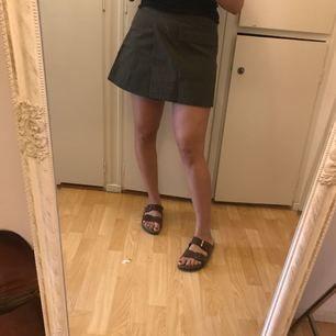 Militärgrön kjol från weekday i fint skick, använd 3 gånger. En stor fick fram och en mindre på sidan. Strl s men jag själv är vanligtvis en m/l så beror på hur man vill att den sitter.